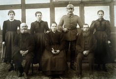 """Familie in Röddenau in Sonntagskleidung, um 1915"", in: Historische Bilddokumente <http://www.lagis-hessen.de/de/subjects/idrec/sn/bd/id/5-018> (Stand: 8.3.2011) #Edertal"