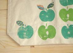 © craftstylish.com Die Apfelhälften musst du in die Textilfarbe eintunken, nicht mit einem Pindsel auftragen sonst sieht man Pinselstreifen! © craftstylish.com © craftstylish.com Eine bebilderte Anleitung für diese süße Tasche findest du hier.   Das könnte Dich auch interessierenZuckersüße diy Ideen für OsternDie schönsten Taschen häkeln [...]
