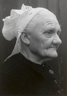 Weduwe Van den Bosch-Verwijs uit St. Philipsland (77 jaar) met haakmuts. Mevrouw Van den Bosch draagt geen oorijzer. De 'linten' aan de achterzijde van de muts zijn gemaakt van machinale slooptussenzetsels. Deze worden op de rug met een veiligheidsspeld aan elkaar vastgestoken.