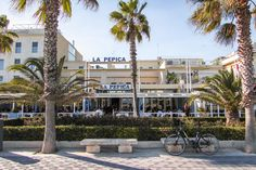 3 Day Valencia Itinerary For First Time Visitors ~ Oranges, Palm Trees & Paella - Driftwood Journals Valencia Beach, Valencia Spain, Travel Tips, Travel Guides, Prado, Spain Travel, Paella, Old Town, Driftwood