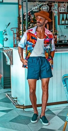 Among all the parties that exists, our favorite party is the Pool Party or Beach Party. The Pool Party Outfits are the coolest outfit ever. Havana Nights Party, Havana Party, Men Beach, Beach Wear For Men, Beach Party Outfits, Cool Mens Haircuts, Man Party, Beachwear Fashion, Party Shirts