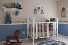 Süßes Jungenzimmer in Weiß und Blau - zwei aufgeteilte Wand
