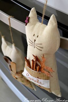 Tenho gatos na cozinha. Cat Crafts, Rock Crafts, Crafts To Make, Crafts For Kids, Sewing Toys, Sewing Crafts, Sewing Projects, Cat Fabric, Fabric Dolls