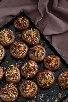 Een Spaanse klassieker: Champiñones rellenos de chorizo een recept van champignons met chorizo vulling. Een makkelijk tapa gerecht.