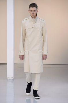 Lemaire - Printemps-Eté 2016: Trench coat en bachette de coton déperlante, chino en twill de coton lourd, sneakers en denim de coton