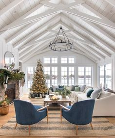 Christmas Living Room - Christmas Living Room Green and blue Christmas living room decor lake house decorated for Christmas Simple Living Room Decor, Living Room Green, My Living Room, Home And Living, Living Spaces, Blue Living Room Chairs, House And Home, White Living Rooms, Coastal Living Rooms