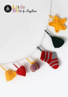 Julepynt på snor - Gratis hækleopskrift på dette søde julepunkt. Dette hæklede julepynt er lavet i den fine Mayflower Hit-Ta-Too. Mayflower Hit-Ta-Too er en 100 % acryl kvalitet. [Omigami, Gratis opskrift, Hækleopskrift, Hækling, Crochet, Crocheting]