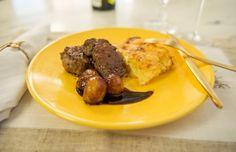 Receita de tournedos de filet com batatas gratinadas e cebolas ao vinho