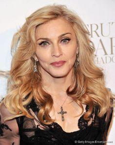 Madonna tem as bochechas acentuadas e usa uma franja lateral para suavizar o rosto
