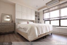 原先床頭背牆有壓樑的問題,設計師在下方規劃一整面的白色收納櫃化解。窗邊設計可收納的臥榻,一個可以放鬆看書的好所在。