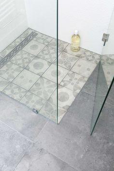 hammam bathroom tile in the shower | hammam badkamertegel in de douche | Bron beeld: vtwonen november 2014 | Fotografie Jansje Klazinga | Styling Frans Uyterlinde