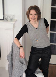 Second Femalen pitkä Brook Cardigan -neuletakki ja Edbladin kaulakoru ihastuttavat Marjukan yllä. Ajaton yhdistelmä. ♥︎  http://www.fabfortysomething.com/2017/01/villainen-liivi-rennolla-otteella.html