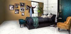 Konradssons profilbild 2016! Blänkande Marmi på golv och sänggavel, sängstomme klädd i matt, nattsvart Unicolor nero och gnistrande mosaik - Niebla grön - med, med svarta fogar, i duschen. Känsla!