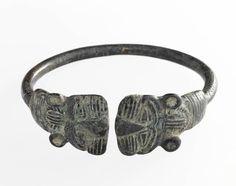 Bracelets ouverts ornés de têtes de lions aplaties. IXe - VIIIe siècle avant J.-C. Bronze - Luristan | Site officiel du musée du Louvre