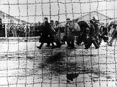 Bram, Francia, 1939. Entrada de refugiados en el campo de concentración. Se trata de un fotomontaje. Centelles se había formado como retocador y era muy diestro. La imagen registra la llegada al campo de un grupo de exiliados, a través de la avenida que separa dos de las secciones del recinto.