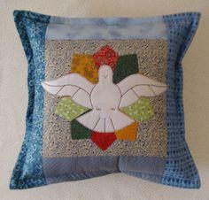 Almofada do Divino Espírito Santo em patchwork e bordada. Toda feita em algodão 100%. Enchimento em poliester antialergico. Todas as cores disponíveis. R$82,00