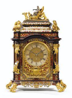 Pendule en marqueterie d'écaille rouge, étain et laiton, monture en bronze argenté et doré, travail probablement allemand du début du XVIIIe siècle