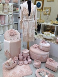 Shabby Chic Furniture In a family room, try to arrange your furniture into centers. Wedding Gift Wrapping, Wedding Gift Boxes, Diy Wedding, Wedding Gifts, Wedding Fabric, Wedding Favors, Shabby Chic Furniture, Shabby Chic Decor, Pinterest Foto