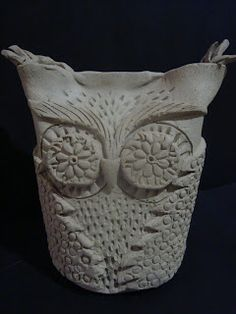 Love a new clay OWL idea! Once upon an Art Room: Owls Clay Owl, Clay Birds, Hand Built Pottery, Slab Pottery, Ceramic Owl, Ceramic Clay, Ceramics Projects, Clay Projects, Ceramics Ideas