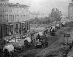 Wagon train on Court Avenue, Des Moines, Civil War era / via Lost Des Moines, from Iowa Historical Society West Des Moines, Des Moines Iowa, Old Pictures, Old Photos, Council Bluffs Iowa, Fort Smith Arkansas, Current Picture, America Civil War, Civil War Photos