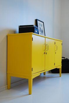 keltainen lipasto roskiskaappi keittiöön ja taso kahvinkeittimelle