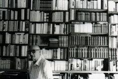 Quando nel 1981 uscì Diceria dell'untore l'opera prima di Gesualdo Bufalino, fu subito un caso letterario. Un esordio all'età di sessantuno anni che avrebbe segnato la narrativa italiana. Lo scrittore di Comiso era un uomo di immensa cultura. Sempre affascinato dalla letteratura e dai libri, trascorre la sua infanzia nella biblioteca paterna. «Ingegnoso nemico di…