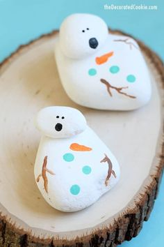 How to paint rocks: Melting snowman painted rocks, a fun craft for kids and adults for winter and Christmas Easy Painting Projects, Rock Painting Ideas Easy, Painting For Kids, Fun Crafts For Kids, Christmas Crafts For Kids, Holiday Crafts, Christmas Decorations, Rock Painting Patterns, Rock Painting Designs