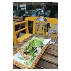 Gyöngyszem a Madách téren : Pista bá', vegáknak és húsevőknek...térjetek be napi menüre, egy jó levesre vagy szendvicsre. Én a képen szereplő hummusszal, grillzöldségekkel és salátával töltött szenyát választottam, és több mint elégedett voltam.  Ajánló a blogon: www.vegachick.blog.hu  #mutimiteszel #pistabá #vegetarian #sandvich #mik_gasztro #hummus #eatclean #healthyfood #lunch #bp #budapest #diningguide #madach #blog #vegachick #welovebudapest Bar, Pisa, In This Moment, Table Decorations, Instagram, Home Decor, Wood, Decoration Home, Room Decor