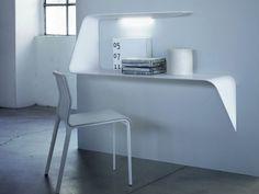 Arredare con le mensole! MDF Italia, mensola scrivania-pensile Mamba http://www.arredamento.it/articoli/articolo/complementi/2636/arredare-con-le-mensole-pareti-con-stile.html