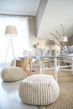 pouf au crochet, intérieur blanc et tapis sisal