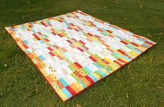 One jelly roll and some scrap fabric is all you need to make the In-n-Out Jelly Roll Quilt! This adorable jelly roll quilt tutorial shows you how to whip up a quick quilt using a bright, colorful color scheme that will brighten up any room year-round Jellyroll Quilts, Scrappy Quilts, Easy Quilts, Jelly Roll Quilt Patterns, Quilt Patterns Free, Free Pattern, Pattern Ideas, Strip Quilts, Quilt Blocks