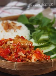 ayam geprek khas Jogjakarta Indonesian Cuisine, Indonesian Recipes, Macaroni And Cheese, Cabbage, Healthy Recipes, Healthy Food, Food And Drink, Menu, Favorite Recipes