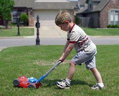 Ecco un'altra idea: sostituire il papà in uno dei lavoretti di casa, per esempio tagliare l'erba del giardino. Il bambino è troppo piccolo? Allora chiedigli di aiutarti dandogli un attrezzo-giocattolo. E' il pensiero che conta! quimamme.leiweb.it/famiglia/papa/prima-e-dopo-il-bebe/gallery-2011/festa-papa-3070570211_6.shtml#center