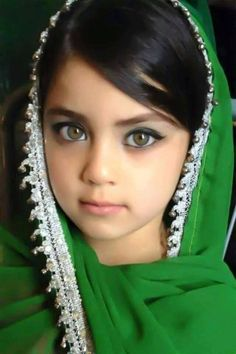 What amazing green eyes!!!