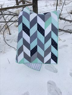 Navy mint and grey herringbone quilt baby boy nursery for Billy and Megan's baby Colchas Quilting, Quilting Projects, Quilting Designs, Sewing Projects, Baby Quilt Patterns, Quilting Patterns, Chevron Quilt Pattern, Teal Quilt, Hexagon Quilt