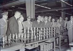 Presidente Juscelino Kubitschek visita a Fábrica Nacional de Motores.