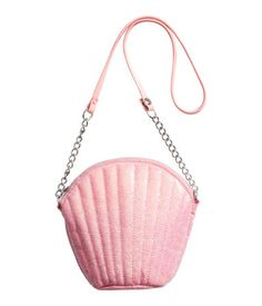 Shell-shaped shoulder bag in imitation leather with a glittery finish. Zip at top and shoulder strap with snap fastener at one end. Lined. Size approx. 5 1/2 x 6 in.