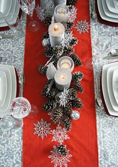 Tischdekoration traditionell roter Tischläufer Zapfen