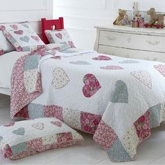 Buy luxury girls bedding online from Marquis & Dawe. A fantastic range of girls bedding sets in stock, view on line our fine girls bedding sets. Quilt Baby, Baby Girl Quilts, Girls Quilts, Quilt Bedding, Cotton Bedding, Cotton Quilts, Draps Design, Patchwork Heart, Girls Bedding Sets