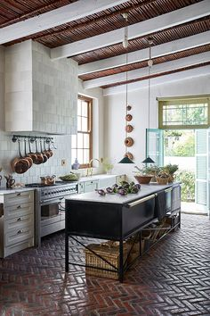 Interior Design Kitchen A farmhouse in the Klein Karoo has been nostalgically reimagined with a country kitchen at its heart. Watch and get lost in its rural tranquility and nostalgia. Modern Farmhouse Kitchens, Country Kitchen, New Kitchen, Cool Kitchens, Kitchen Dining, Kitchen Decor, Kitchen Ideas, Kitchen Storage, Decorating Kitchen