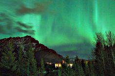 Het poollicht verschijnt af en toe in Banff, meestal in maart en september/oktober.