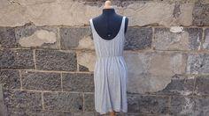 Robe fluide sans manches, grands décolletés devant et dos, de la marque H&M. Petite poche devant. Elastiquée à la taille. ...