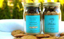 Des bocaux contenant un mélange pour cookies  La mariée aux Repetto