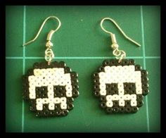 Skull Earrings Perler Beads By: Unknown Perler Beads, Perler Earrings, Skull Earrings, Hama Beads Patterns, Beading Patterns, Hama Beads Halloween, Plastic Bead Crafts, Pixel Beads, Fusion Beads