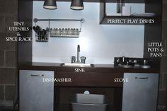 Strukturierte Küche mit Arbeitsfläche und Lampen an der Decke. Eventuell kombinierbar mit Strom und Lichtschalter zum selbstständigen Einschalten durch das Kind?