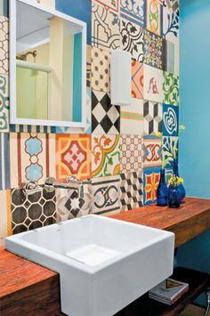 preciosa combinacion de azulejos y encimera de madera
