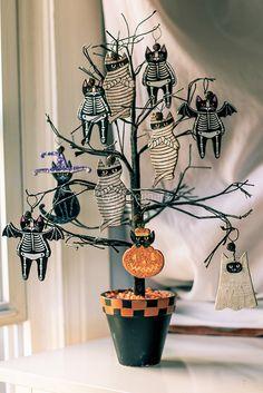 Halloween tree with mummies