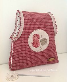 Momentos de Costura: Tutorial bolsas guarda labores de ganchillo Bag Quilt, Coin Couture, Yarn Bag, Fabric Gift Bags, Organize Fabric, Work Bags, Creation Couture, Quilted Bag, Knitted Bags