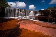 Salto Kawi El Salto Kawi (Kawí Merú) es un salto de agua situada en el kilómetro 198 de la carretera que une El Dorado con Santa Elena de Uairén, en la zona oriental del Parque Nacional Canaima, en Venezuela.