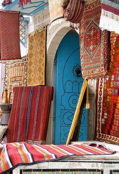 Carpet Sale (TUNISIA, Kairouan) Gezgin, rengarenk desenlerin bir arada olduğu bu dükkana adım attı. Aradığının orada olduğunu biliyordu.